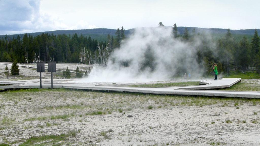 Einer der vielen dampfenden Pools im Upper Geyser Basin
