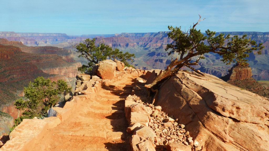Über einen schmalen Grat führt der Trail abwärts