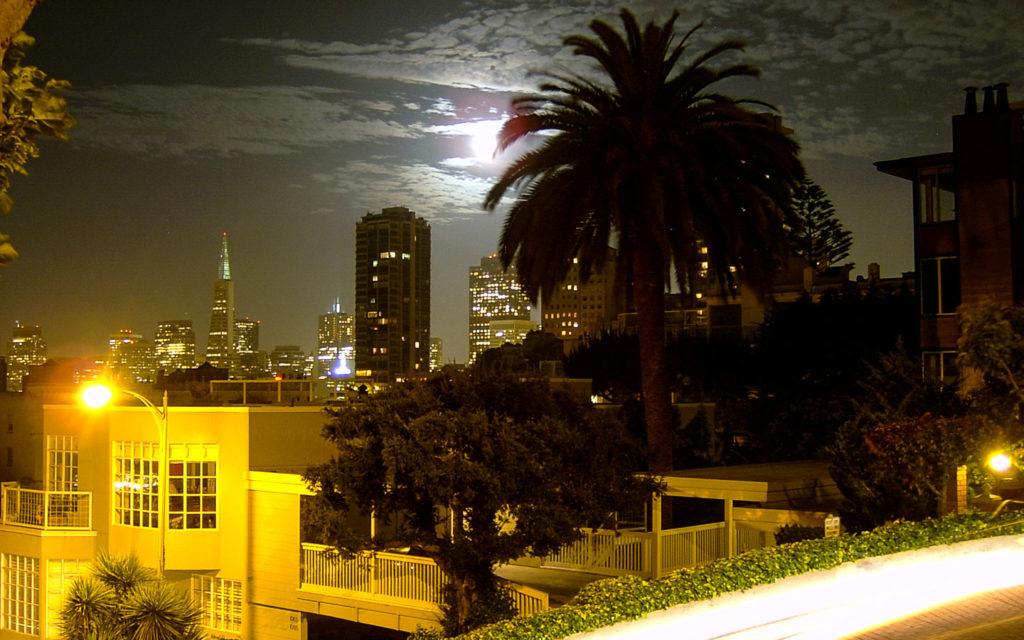 Abendstimmung an der krummsten Straße der Welt in San Francisco