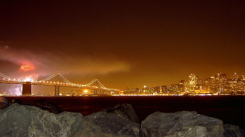 Feuerwerk zum Muttertag über der Oakland Bay Bridge in San Francisco
