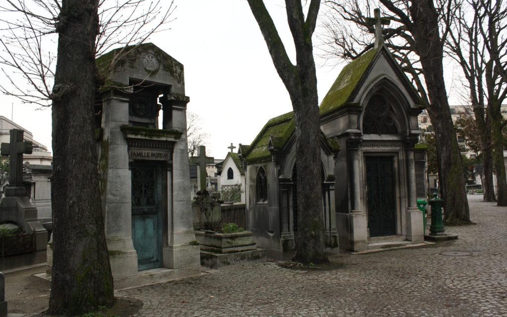 Auf dem Cimetière de Passy in Paris. Safetravels liebt auch Frankreich.