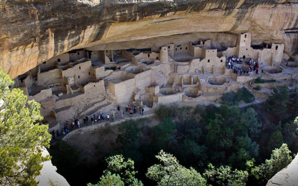 Zwei Gruppen besichtigen das Cliff Palace