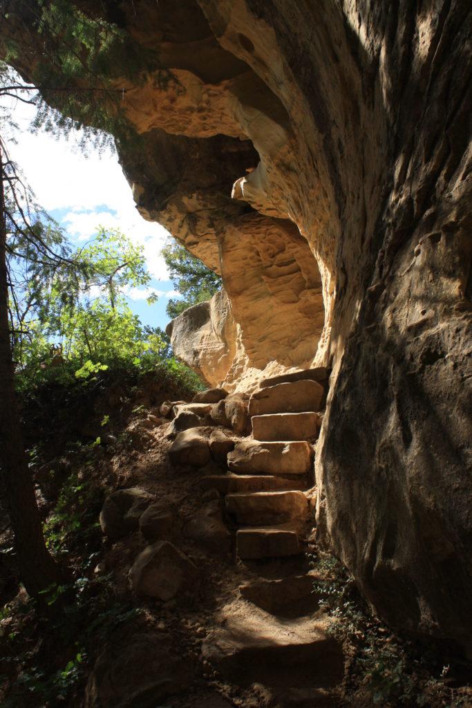 Der Trail schmiegt sich eng an die Canyonwand