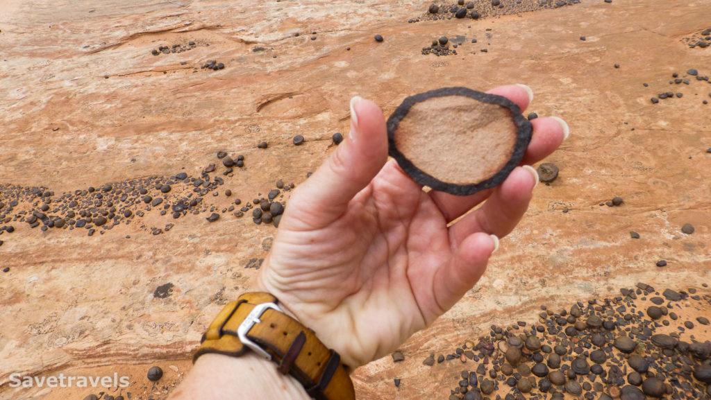 Die Sandsteinmurmeln haben einen Mantel aus Eisenoxiden