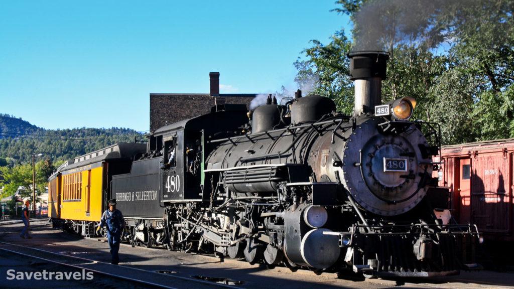Zischend und dampfend fährt der Zug ein
