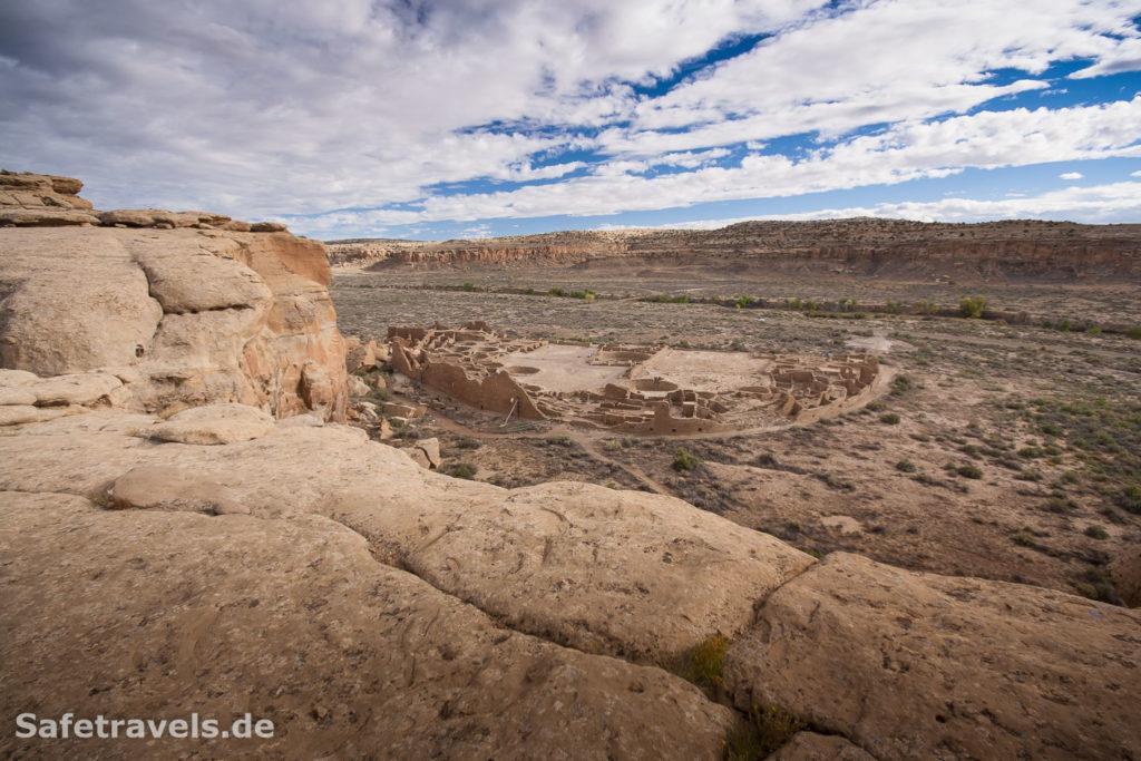 Wunderschön liegen die Ruinen im Chaco Canyon