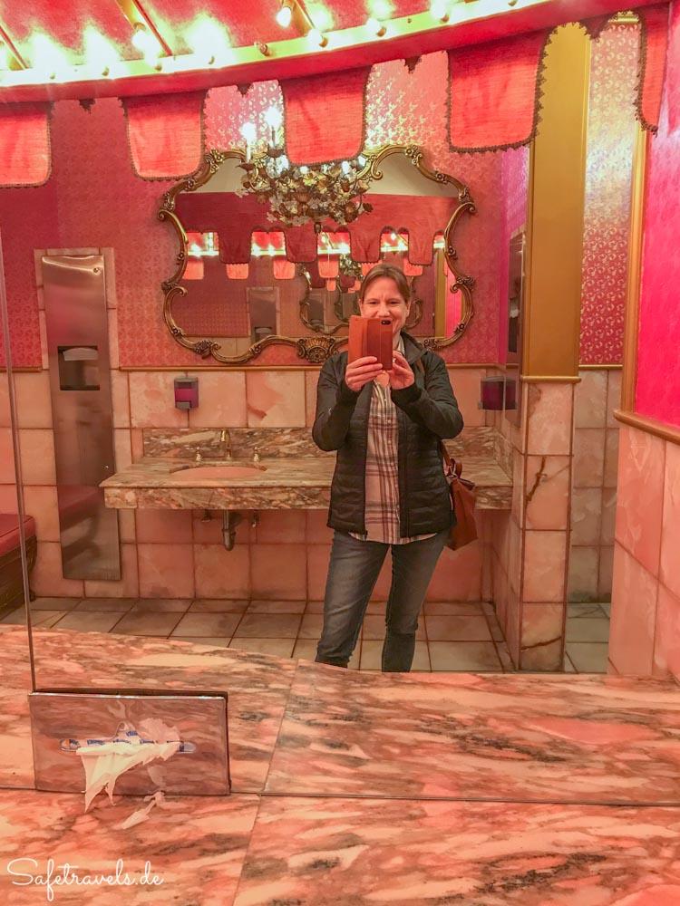 Auf der Damentoilette im Madonna Inn