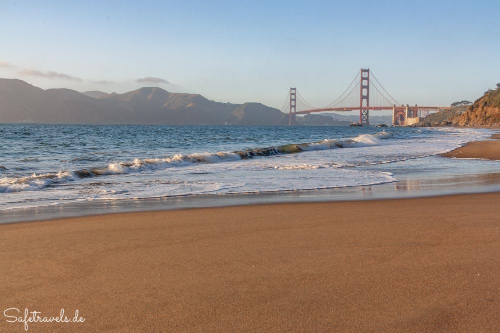 Traumhafter Ausblick auf die Golden Gate Bridge vom Baker Beach in San Francisco