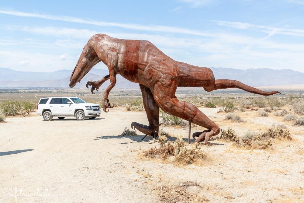 Angriff auf unser Auto - Galleta Meadows Metallskulpturen