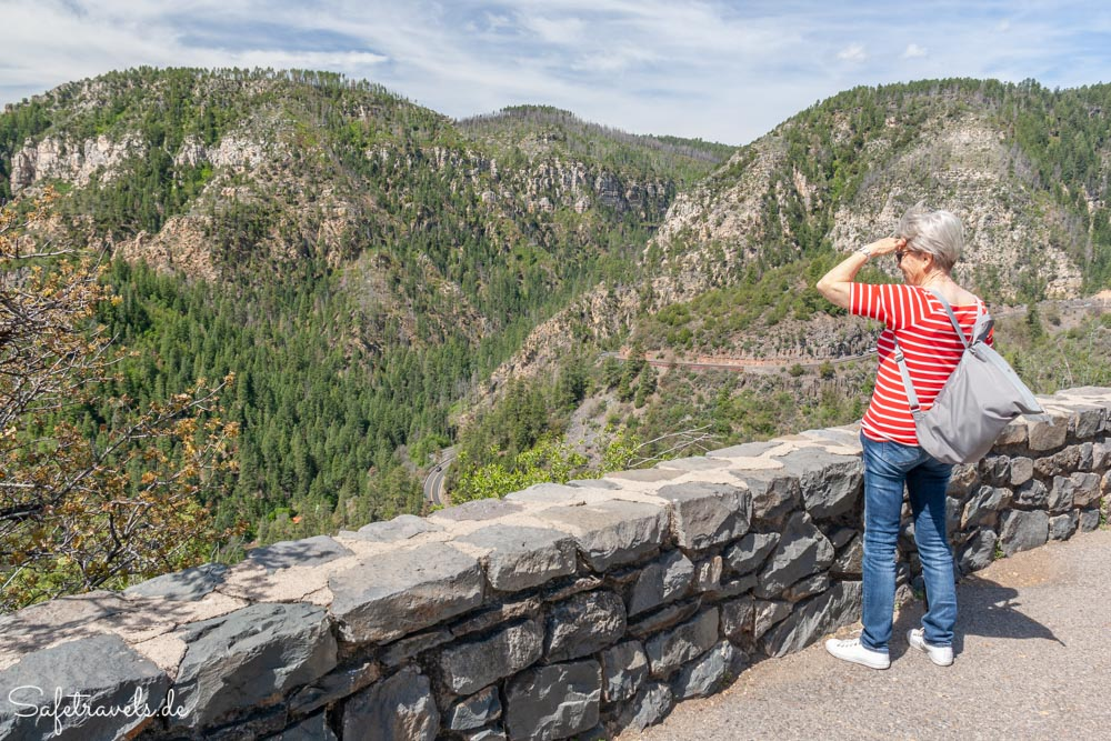Ausblick vom Vista Point auf die Serpentinen des Highway 89 im Oak Creek Canyon