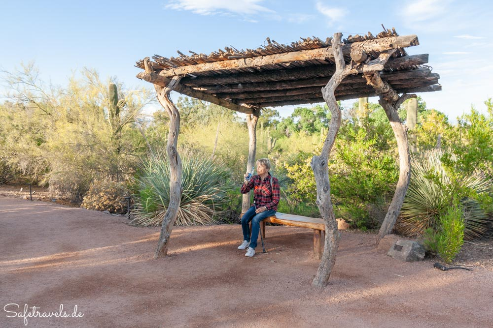 Desert Botanical Garden - Plants and People of the Sonoran Desert Trail - Pause im Schatten
