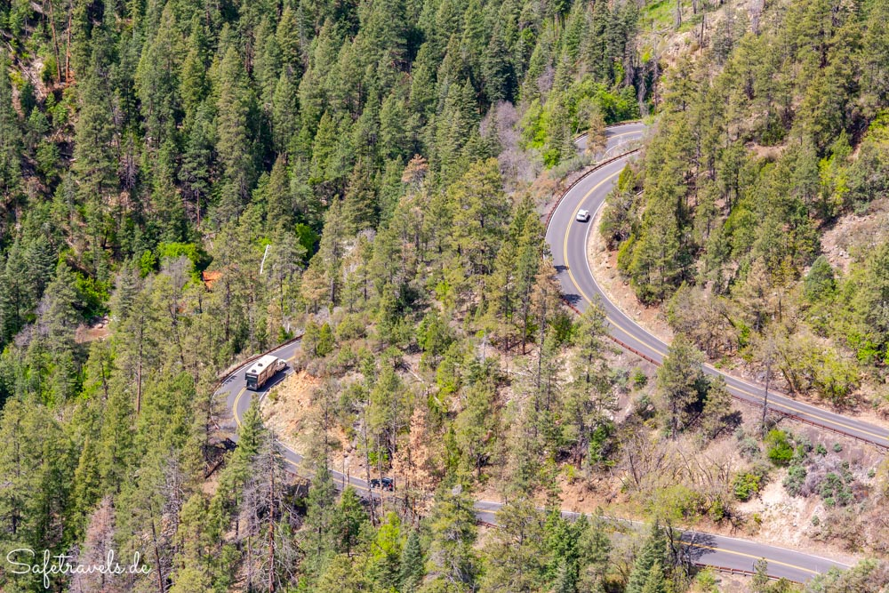 Serpentinen des Highway 89 im Oak Creek Canyon