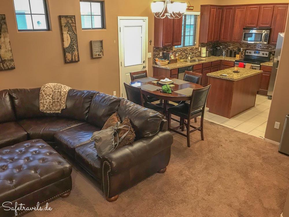 Townhome in Mesa - Wohnzimmer und Küche