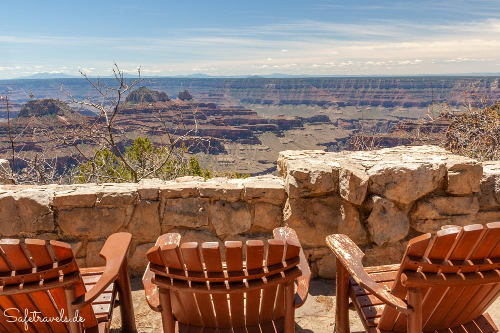 Adirondack Chairs auf der Terrasse der Grand Canyon Lodge