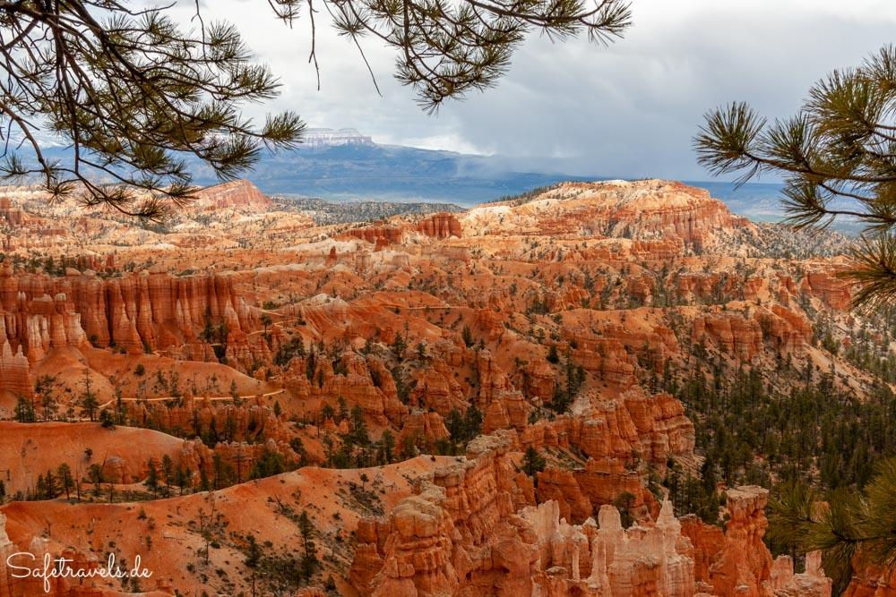 Bryce Canyon - Hoodoos und dunkle Wolken