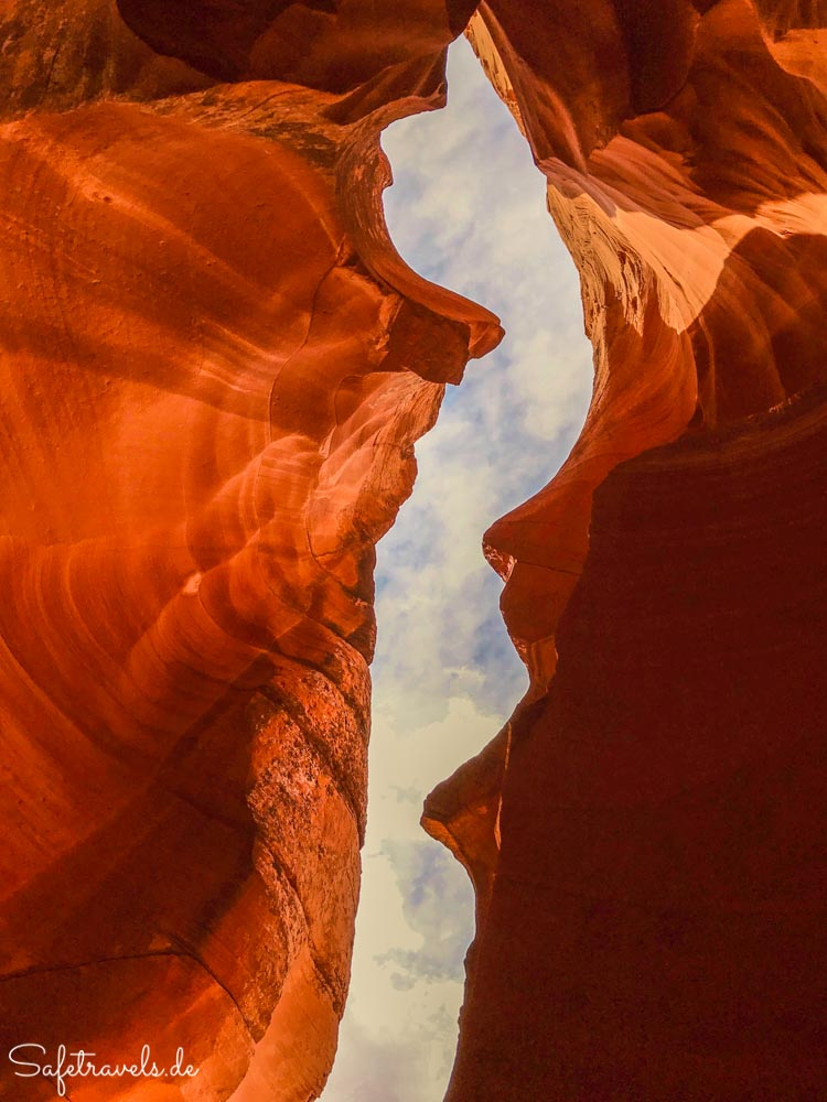 Upper Antelope Canyon - Blick aus dem Canyon in den Himmel