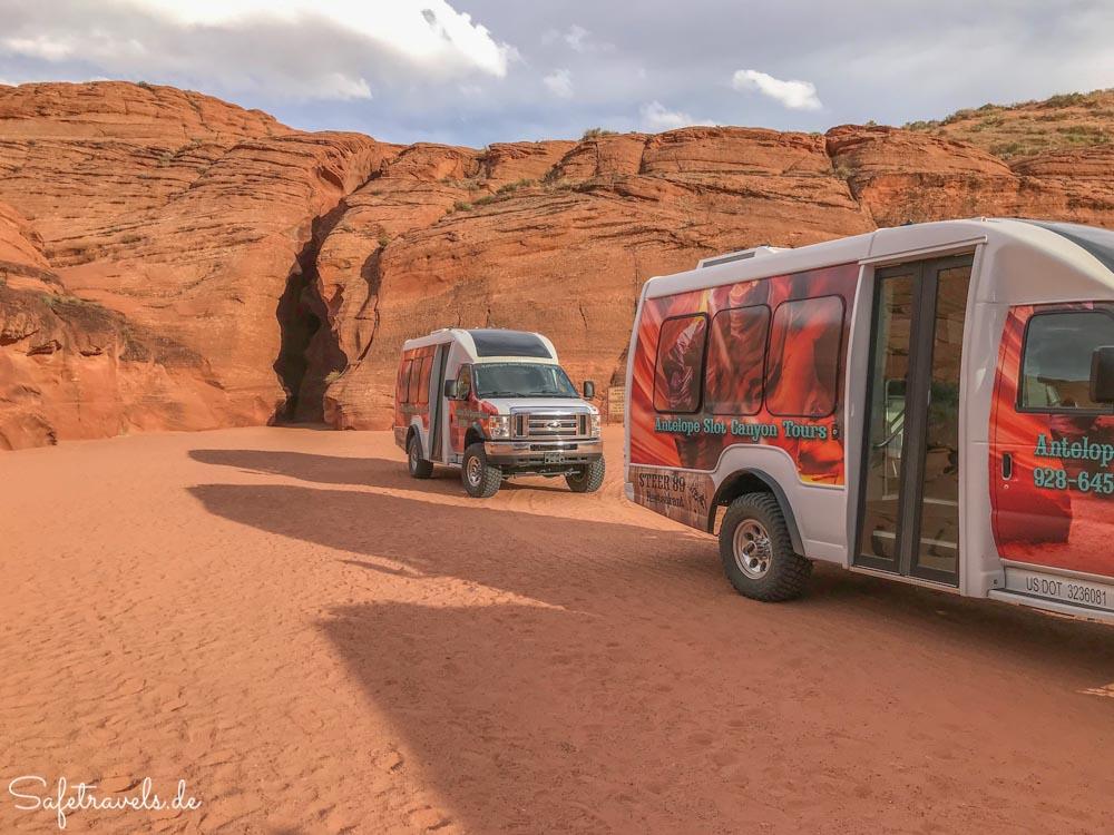 Upper Antelope Canyon - Tourbusse vor dem Eingang