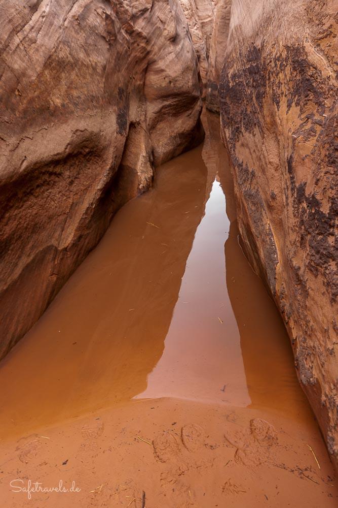 Knietiefes Wasser am Eingang zum Zebra Slot