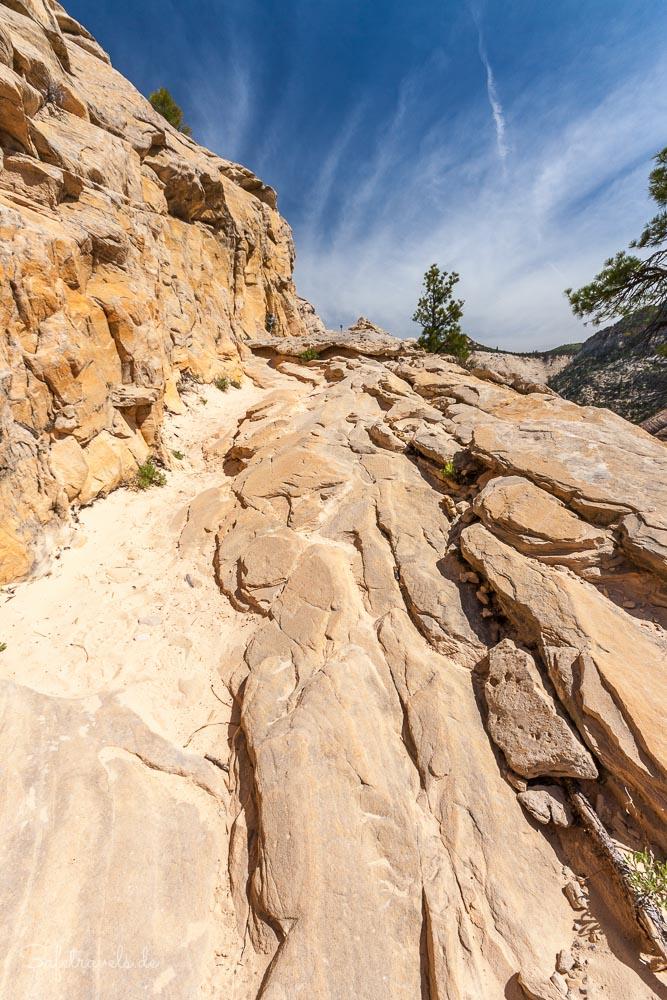 West Rim Trail - direkt in den Sandstein geschlagen