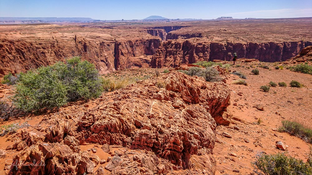 Navajo Mountain und Page in der Ferne