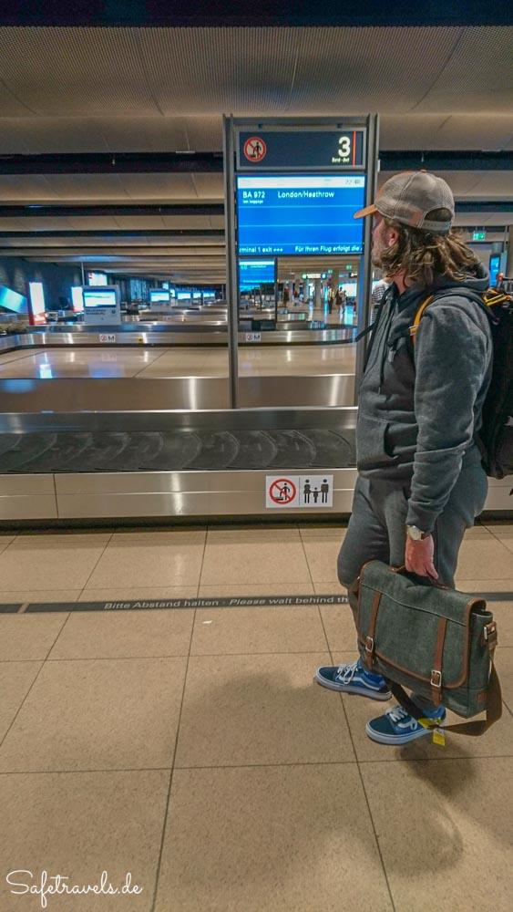 Warten auf das Gepäck in Hamburg