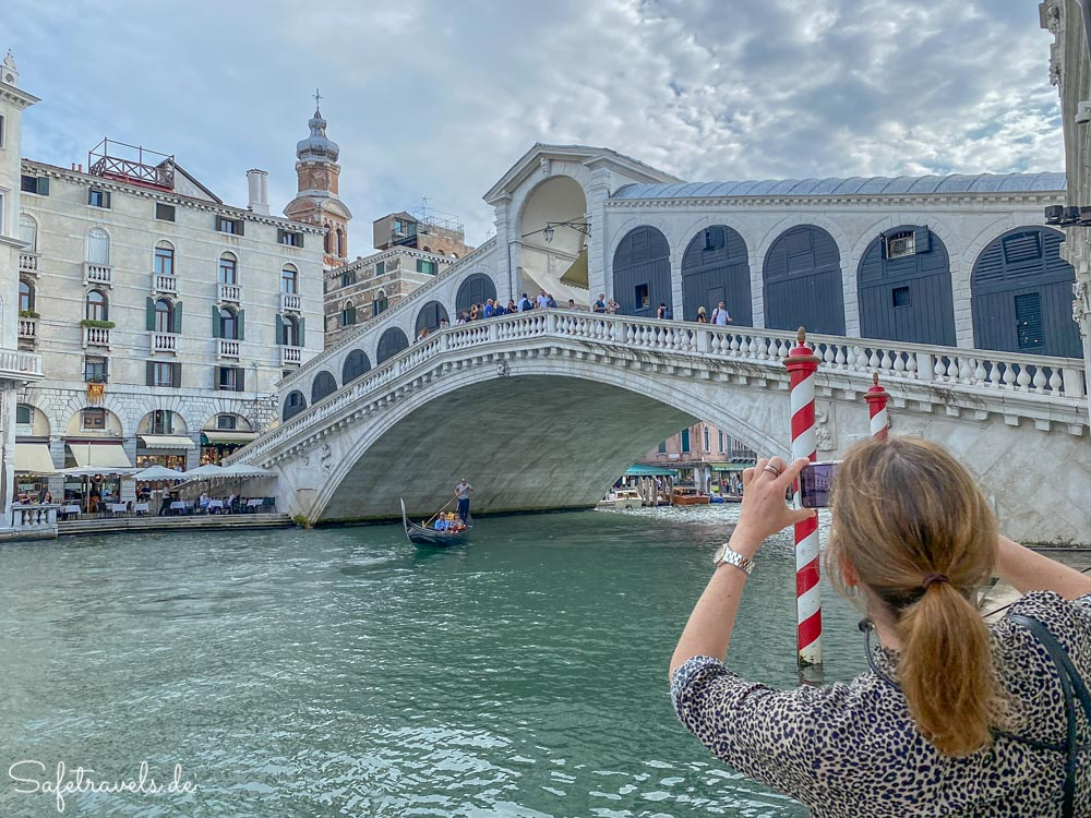An der Rialto Brücke in Venedig