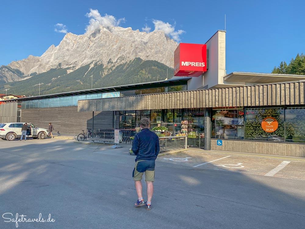 Einkaufen mit Aussicht auf die Zugspitze