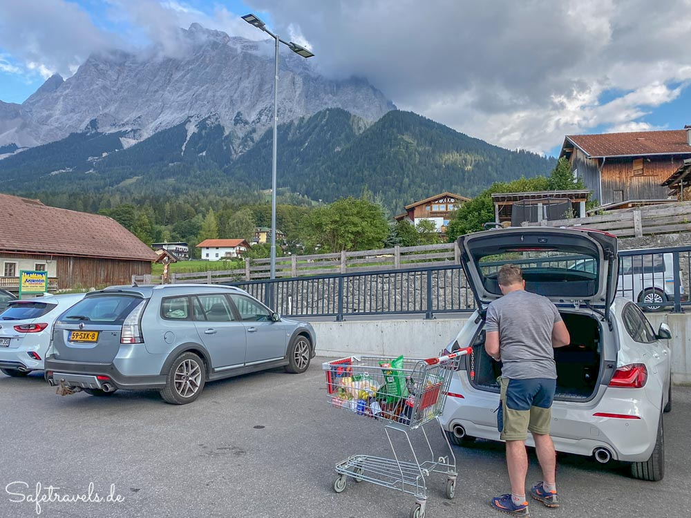 Parkplatz mit Aussicht beim Spar in Ehrwald
