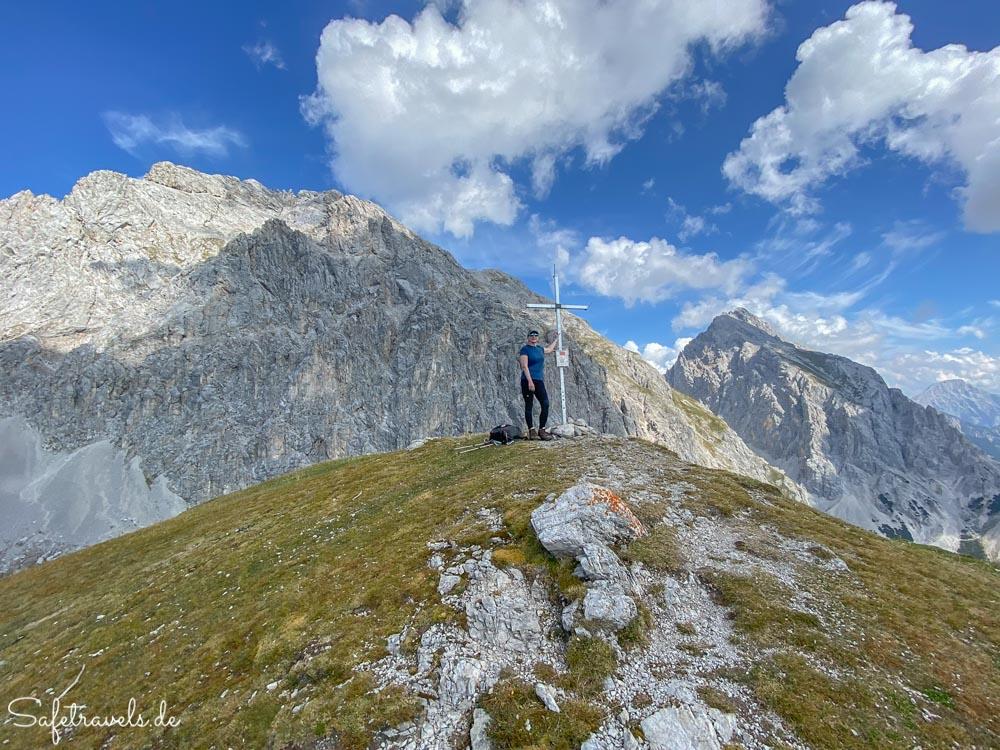 Am Gipfelkreuz auf dem Höllkopf