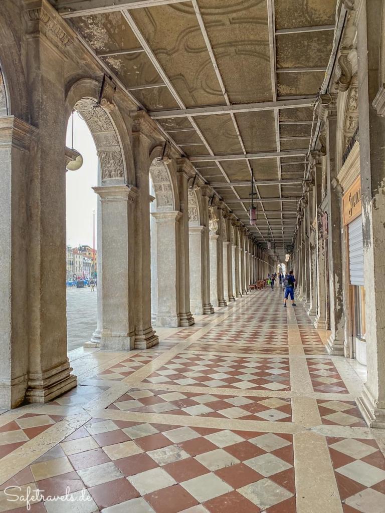 Arkaden am Markusplatz in Venedig