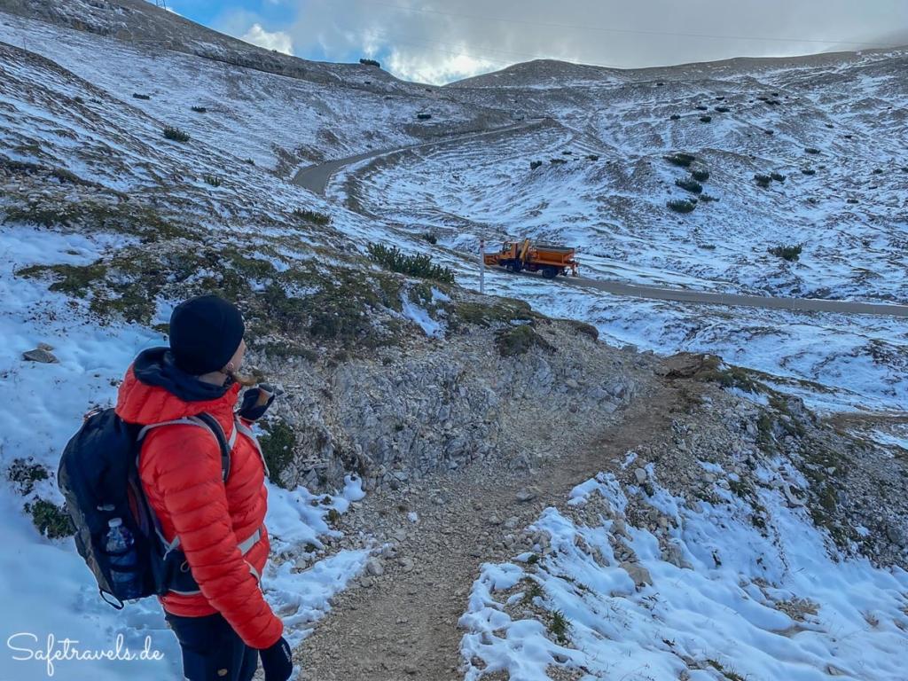 Die Mautstraße wird enteist und geräumt - Dolomiten