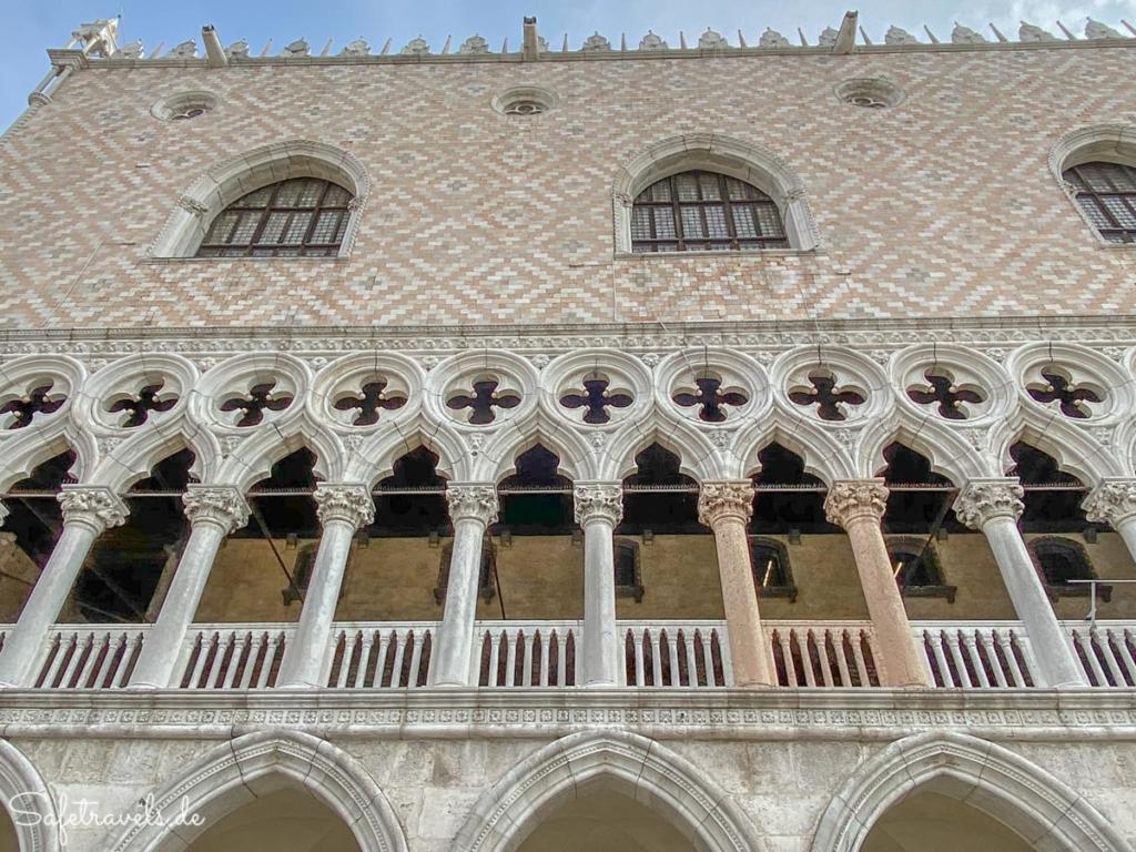 Fassade des Dogenpalastes in Venedig