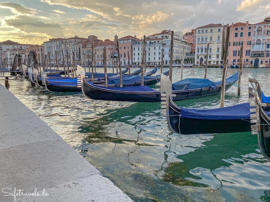Gondeln am Canal Grande in Venedig