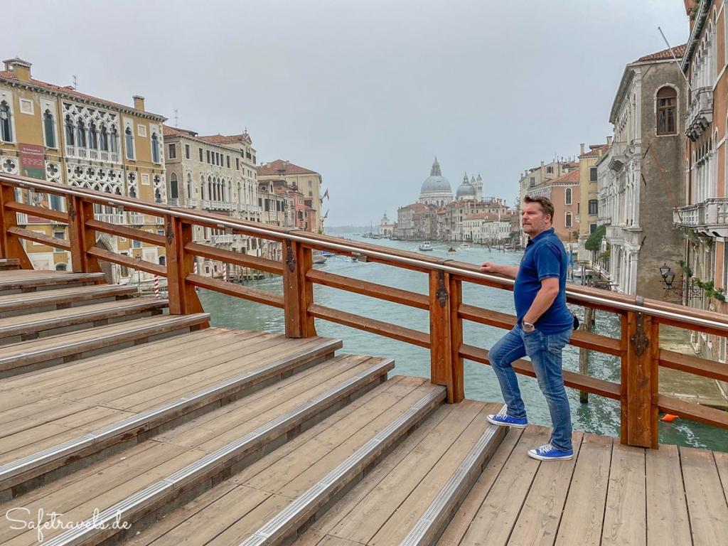 Morgens auf der Ponte dell'Academia in Venedig