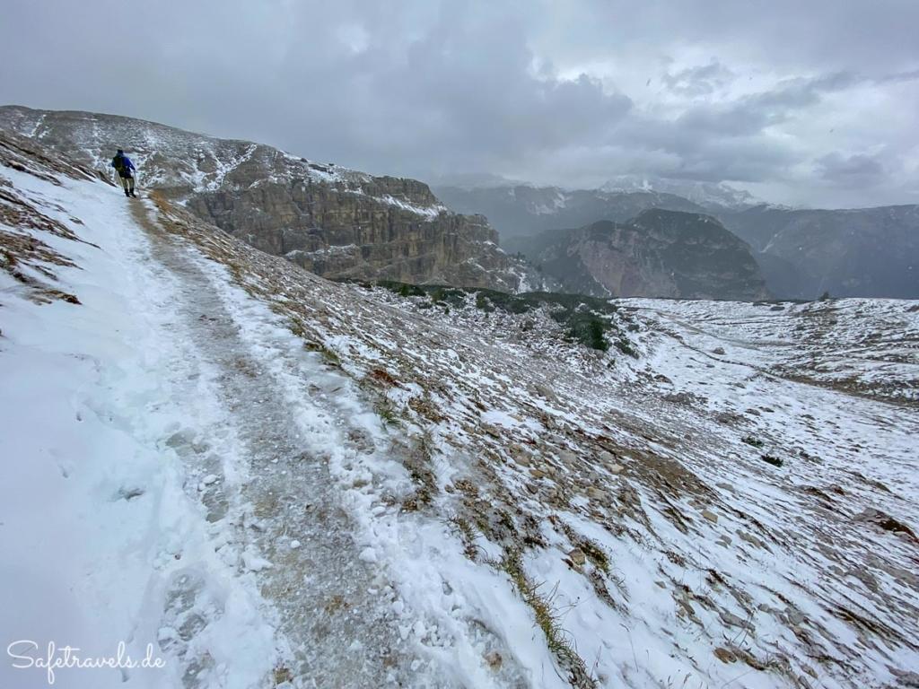 Schmaler Bergweg im Schnee - Wanderung Drei Zinnen
