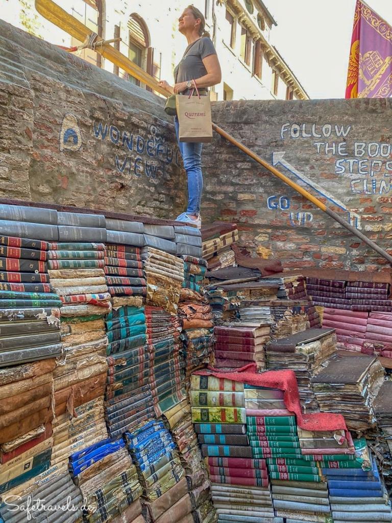 Treppe aus Büchern - Alta Acqua Libreria in Venedig